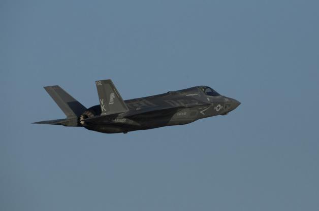 ニュース画像 1枚目:岩国基地で飛行するF-35BライトニングII