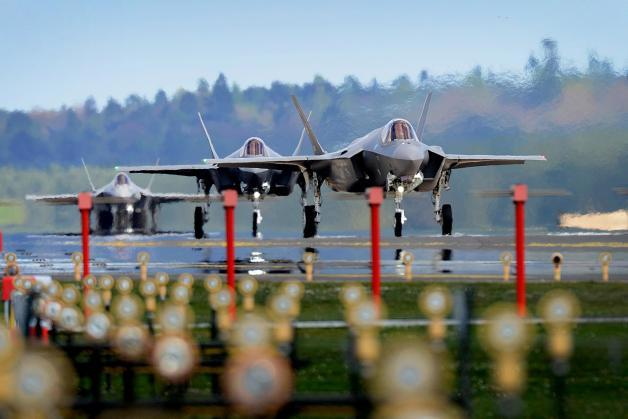 ニュース画像 1枚目:レイクンヒース空軍基地に到着したF-35A