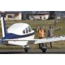 ニュース画像 2枚目:横田に飛来した民間機を誘導する隊員