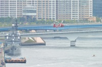 ニュース画像 1枚目:2015年の水の消防ペーシェント、左は護衛艦「ゆうぎり」