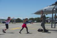 ニュース画像 1枚目:群山から帰還した13FSの隊員を出迎えた子供たち