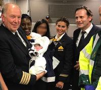 ニュース画像 1枚目:LH543便で誕生した赤ちゃんとクルー