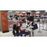 ニュース画像 3枚目:旅客と写真撮影に応じる公式スパーダーマン