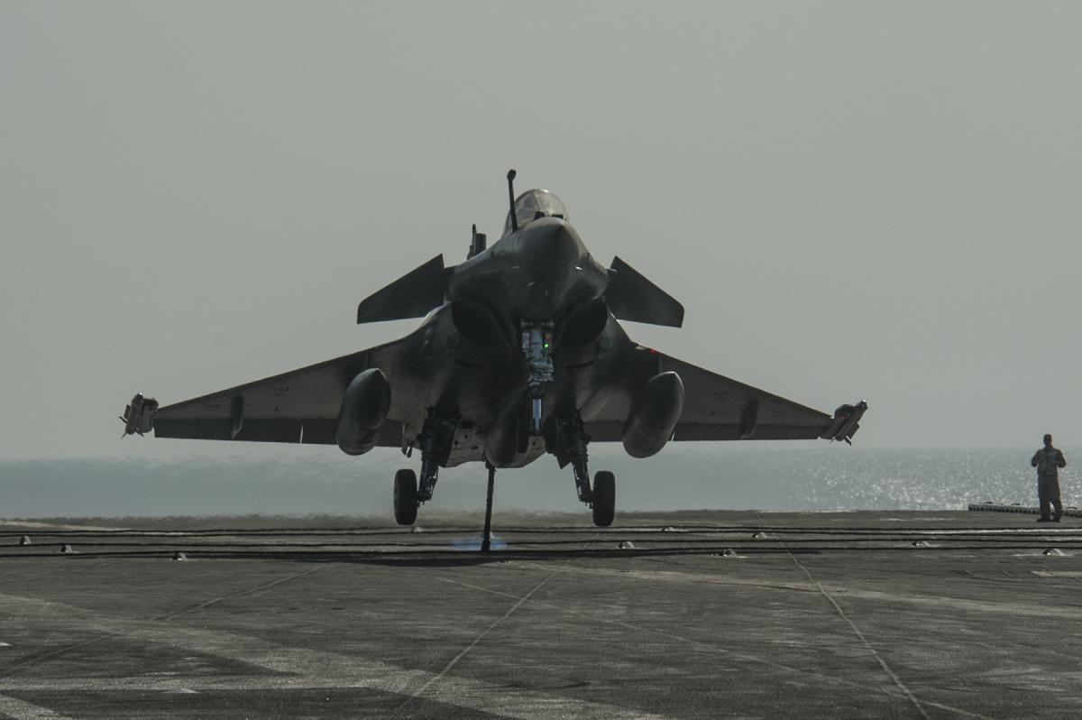 フランス海軍のラファールMがアメリカ海軍空母に着艦 | FlyTeam ニュース