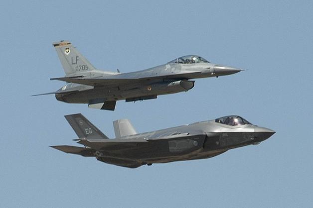 ニュース画像 1枚目:F-35AとF-16。両機ともロッキード・マーティン製の戦闘機(記事の機体ではありません)。