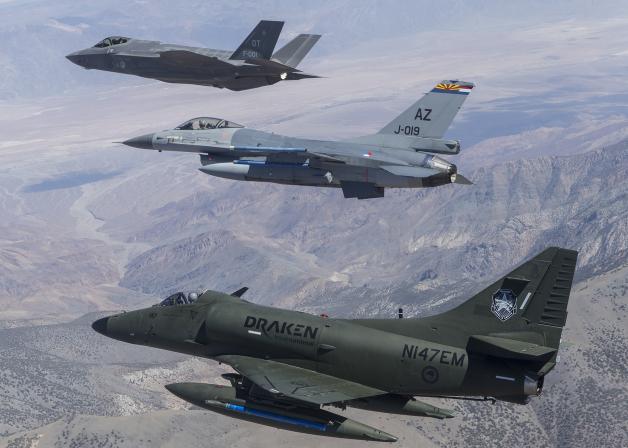 F-35Aの運用試験に民間のA-4スカ...