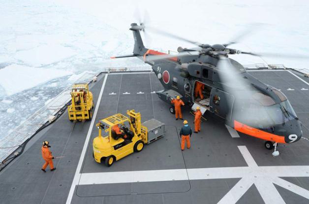 ニュース画像 1枚目:しらせ甲板で積載物を積み込み、離陸準備するCH-101「8191」