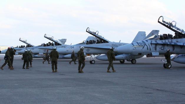 ニュース画像 1枚目:2016年1月12日、千歳基地に到着したVMFA(AW)-224のF/A-18Dホーネット