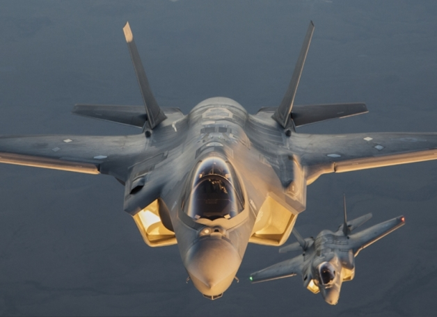 ニュース画像 1枚目:「A+B」兵装投下(WDA)試験での1コマ。F-35A(手前)とF-35B(奥)の違いがわかる。