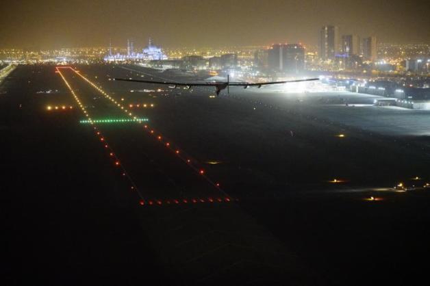 ニュース画像:アブダビ国際空港にアプローチするソーラー・インパルス2 | FlyTeam ニュース
