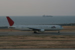 島国旅人さんが、神戸空港で撮影した日本航空 767-346の航空フォト(写真)