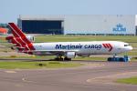 Tomo-Papaさんが、アムステルダム・スキポール国際空港で撮影したマーティンエアー MD-11Fの航空フォト(写真)