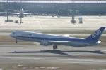 空を見上げるひよこさんが、羽田空港で撮影した全日空 767-381の航空フォト(写真)