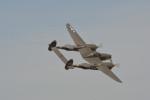 小弦さんが、フォックス飛行場で撮影したプレーンズ・オブ・フェイム P-38J Lightningの航空フォト(写真)