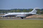 IL-18さんが、ロンドン・ルートン空港で撮影したビスタジェット BD-100-1A10 Challenger 350の航空フォト(写真)