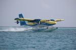thalys1121さんが、船の上で撮影したトランス・モルジビアン・エアウェイズ DHC-6-320 Twin Otterの航空フォト(写真)