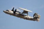 チャッピー・シミズさんが、厚木飛行場で撮影したアメリカ海軍 E-2Cの航空フォト(写真)