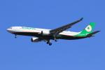 たっくさんが、成田国際空港で撮影したエバー航空 A330-302の航空フォト(写真)
