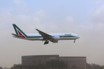 トールさんが、成田国際空港で撮影したアリタリア航空 777-243/ERの航空フォト(写真)