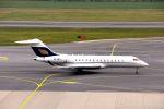 まいけるさんが、ウィーン国際空港で撮影したオーストリア企業所有 BD-700-1A10 Global Expressの航空フォト(写真)