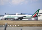 雲霧さんが、成田国際空港で撮影したアリタリア航空 777-243/ERの航空フォト(写真)