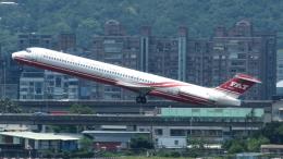 誘喜さんが、台北松山空港で撮影した遠東航空 MD-82 (DC-9-82)の航空フォト(写真)