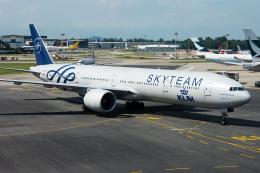 Tomo-Papaさんが、シンガポール・チャンギ国際空港で撮影したKLMオランダ航空 777-306/ERの航空フォト(写真)