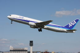 クルーズさんが、伊丹空港で撮影した全日空 767-381の航空フォト(写真)