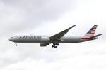蒲田賢二さんが、ロンドン・ヒースロー空港で撮影したアメリカン航空 777-323/ERの航空フォト(写真)
