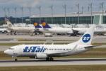 安芸あすかさんが、ミュンヘン・フランツヨーゼフシュトラウス空港で撮影したUTエア・アビエーション 737-524の航空フォト(写真)
