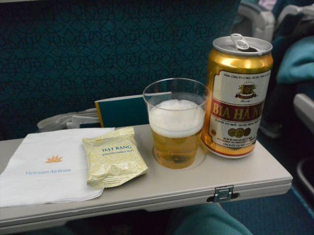 離陸後のドリンクサービスはビールをチョイス。 - ベトナム航空 搭乗レビュー 写真