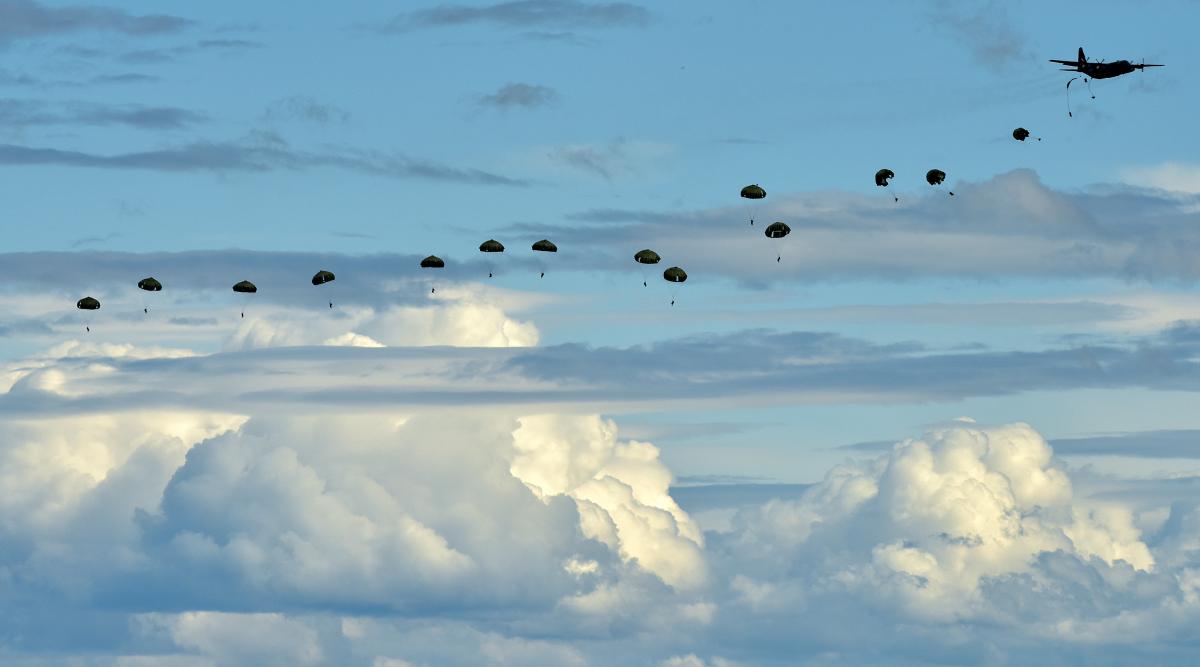 イベント画像 3枚目:陸自が空挺降下