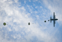 ニュース画像 2枚目:フェスティバル恒例の空中降下