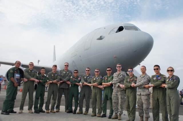 ニュース画像 1枚目:KC-30Bを前に日米豪3カ国の隊員がそろう