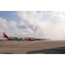 ニュース画像 2枚目:航空局の消防車による水のアーチで歓迎