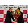 ニュース画像 4枚目:新規就航を祝い、イベリア航空ガジェゴ会長兼CEOに花束