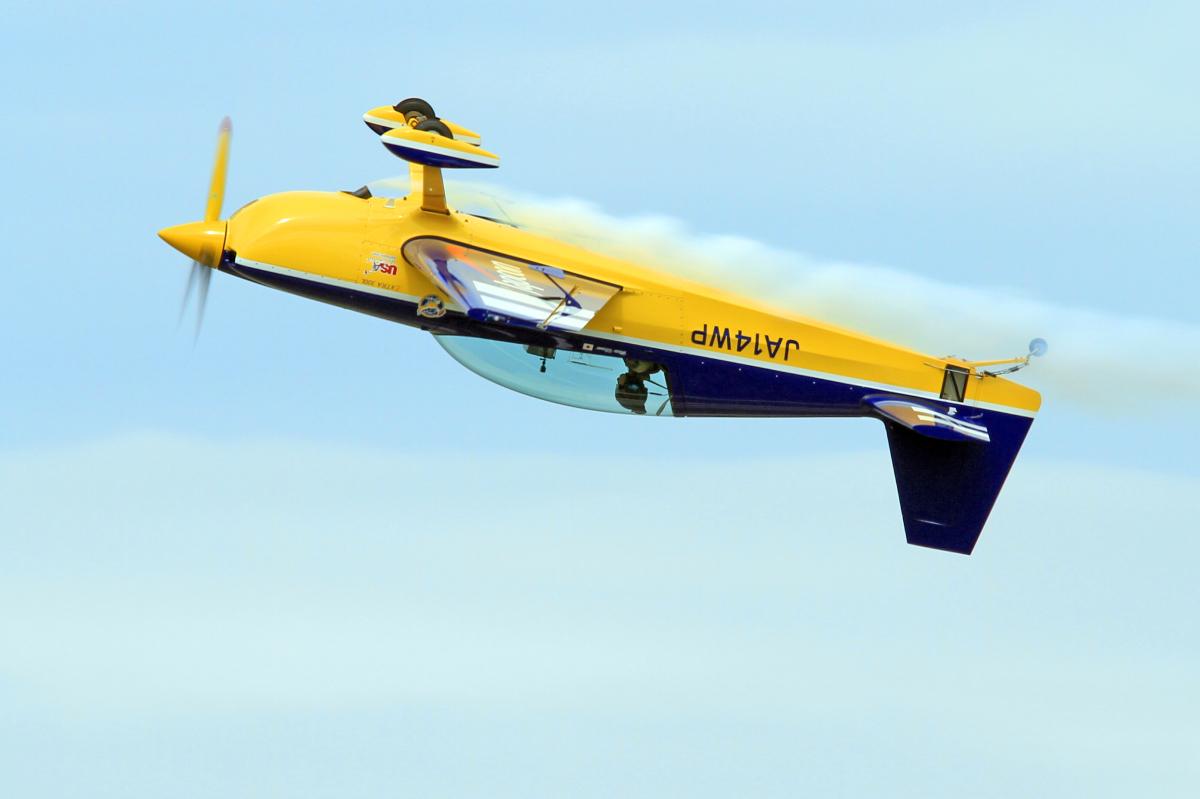 ニュース画像 1枚目:ウイスキーパパ曲技飛行チームのエクストラEA-300L