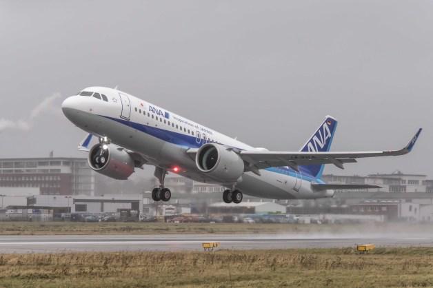 ニュース画像 1枚目:ハンブルクで飛行するANA塗装のA320neo