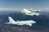 ニュース画像 1枚目:冠雪した富士山を背景に編隊飛行するP-1