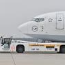 ニュース画像 3枚目:737を牽引するTaxibot