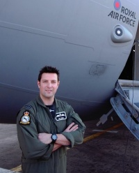 ニュース画像:閉鎖された空港に強行着陸、182人を救出の英空軍パイロットが受勲