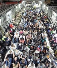 ニュース画像 2枚目:避難民でギッシリのC-17