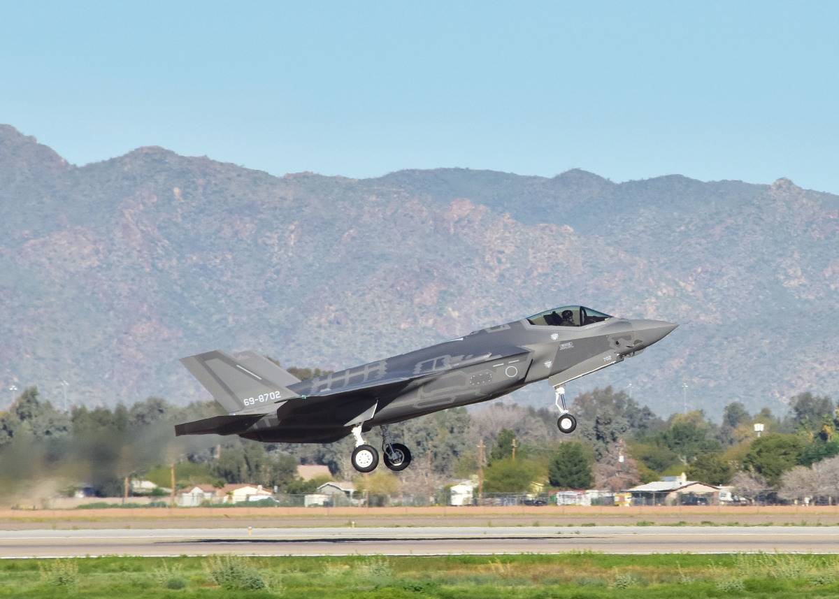 ニュース画像:ルーク空軍基地で訓練する空自F-35A「69-8702」