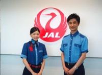 ニュース画像:JALの徳島空港スタッフ、期間限定で「阿波藍」ブラウスを着用