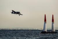 ニュース画像:レッドブル・エアレース、日本人操縦の零戦とDC-3Aも会場沸かす