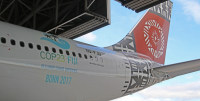 ニュース画像 1枚目:COP23のロゴをまとったフィジーエアウェイズ機
