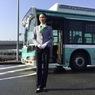 ニュース画像 2枚目:羽田空港ターミナル間無料連絡バス車体デザインと同系色の明るいイメージの制服