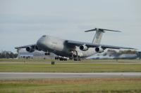 ニュース画像:横田基地に着陸したC-5輸送機、6月17日に左翼上部パネルの紛失判明
