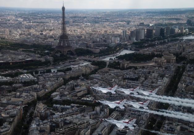 ニュース画像 1枚目:パリ上空を飛行するサンダーバーズ、画像は事前飛行の様子