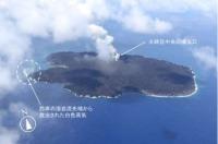 ニュース画像 1枚目:7月11日撮影の西之島、火砕丘中央の噴火口からの噴煙と西側の溶岩流先端からの白色蒸気